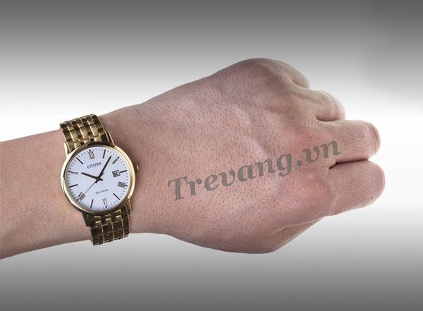 Đồng hồ nam Citizen BM6772-56A Gold trên tay mẫu ảnh