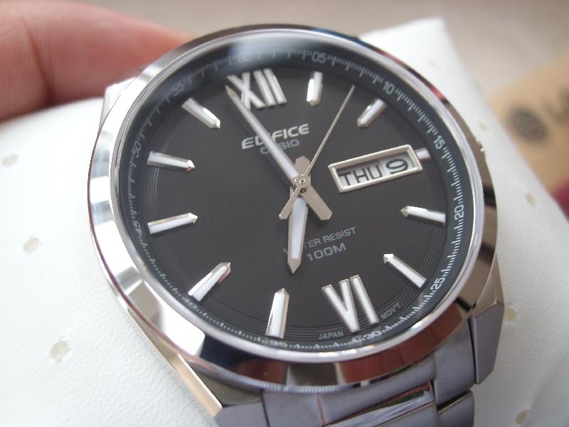 Đồng hồ nam Casio EFB-100D với mặt kính khoáng độ cứng cao.