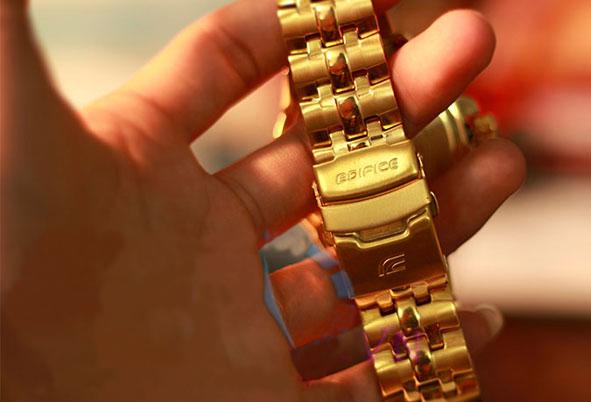 Ảnh chụp dây và khoá đồng hồ Casio 558 FG 9 AV trên tay