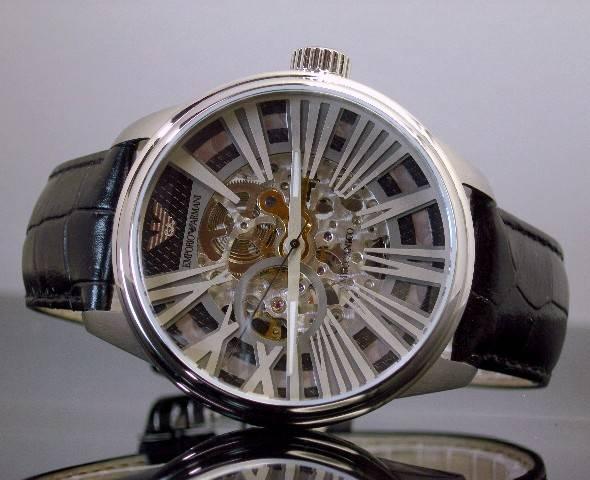 Đồng hồ cơ Armani AR4629 phong cách ảnh chụp ngang.