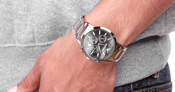Đồng hồ ARMANI nam AR2448 trẻ trung trên tay mẫu ảnh.