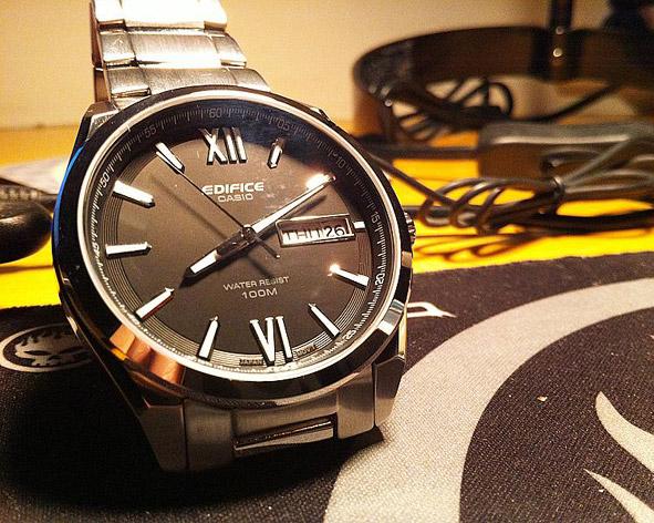 Đồng hồ nam Casio EFB-100D với kính cứng chống va đập.