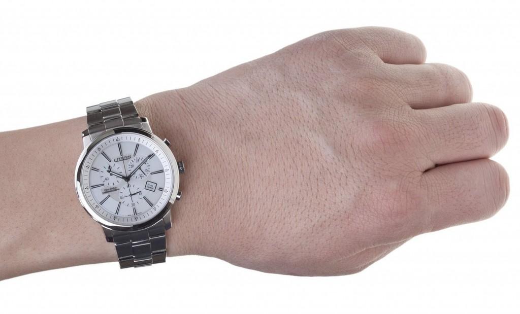 Đồng hồ nam cao cấp Citizen AT0495-51A trên tay mẫu ảnh