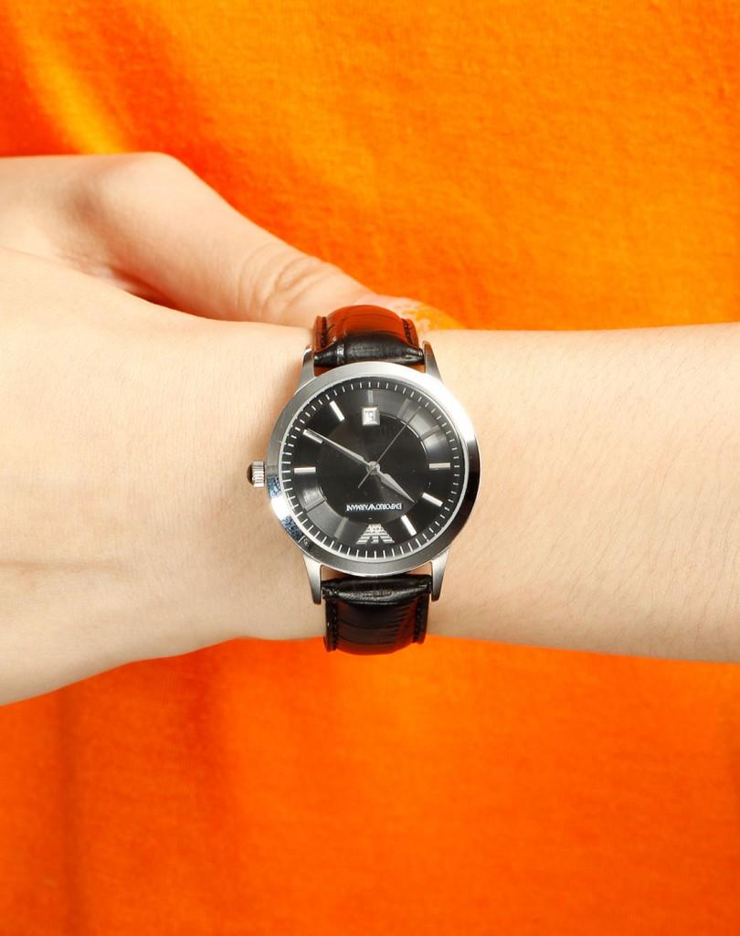 Đồng hồ nữ Armani ar2412 trên tay mẫu ảnh