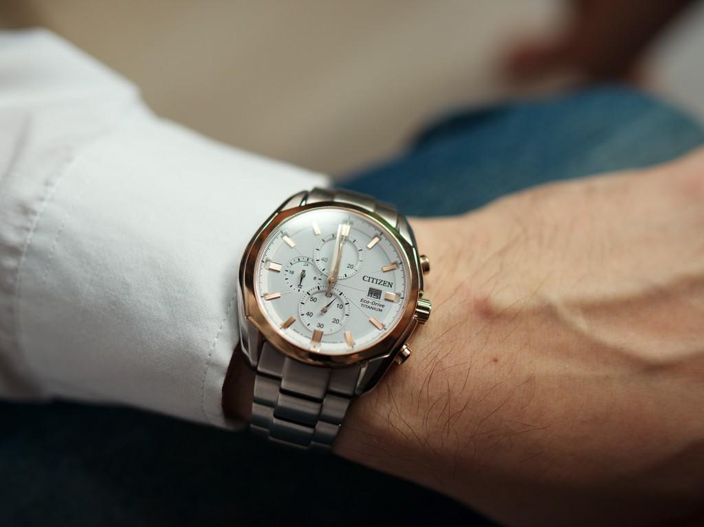 Đồng hồ Citizen nam CA0024-55A trên tay mẫu ảnh.