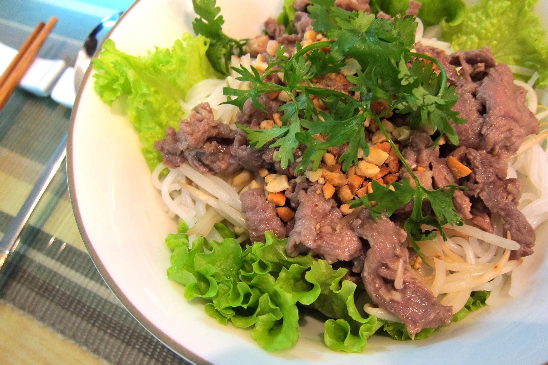 Món bún bò Huế Bếp hồng ngoại Sunhouse SHD 6003
