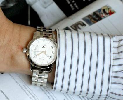 Đồng hồ cơ nam Tissot T014.421.11.037.00 Automatic trên tay mẫu ảnh