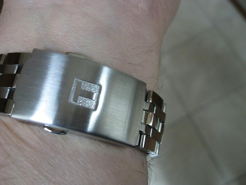 Đồng hồ Tissot T055.417.11.057.00 chốt bấm 1 lần.
