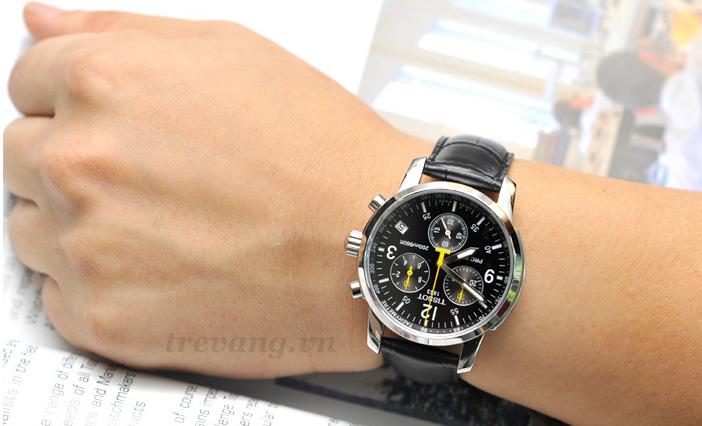 Đồng hồ Tissot 1853 T17.1.526.52 trên tay mẫu ảnh.