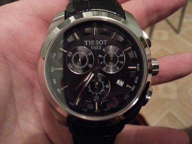 Đồng hồ nam Tissot 1853 T035.617.16.051.00 trên tay mẫu ảnh.