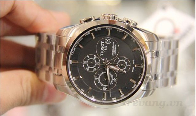 Đồng hồ cơ nam Tissot 1853 T035.627.11.051.00 trên tay mẫu ảnh.