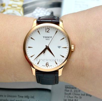 Đồng hồ nam chính hãng Tissot 1853 T063.610.36.037.00 trên tay mẫu ảnh.