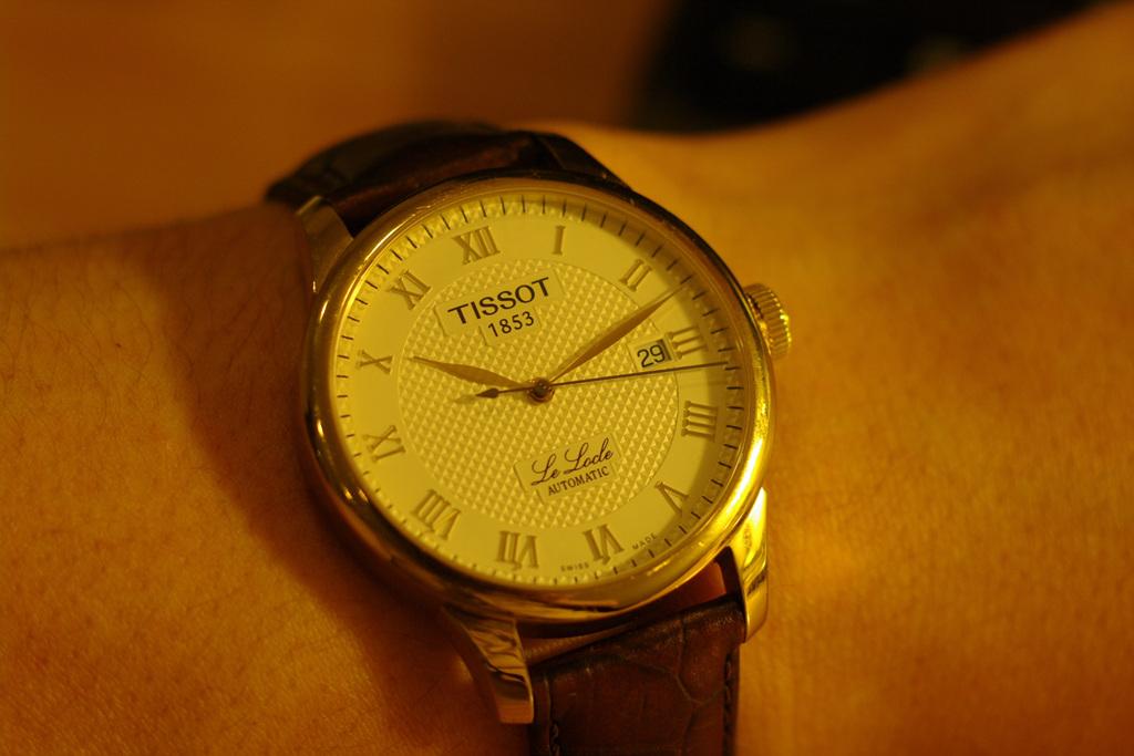 Đồng hồ nam Tissot 1853 T41.5.413.73 Le Locle trên tay mẫu ảnh.