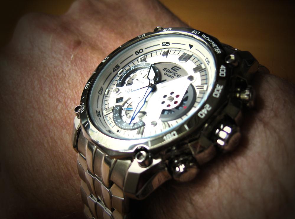 Khi đeo tay Đồng hồ nam Casio EF-550D-7A