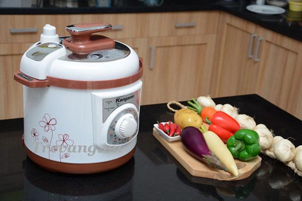 Nồi áp suất điện Kangaroo KG136 trên bàn nấu ăn