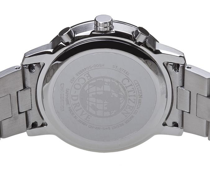 Đồng hồ Citizen AT0495-51L có mặt lưng phẳng in nổi thương hiệu Citizen
