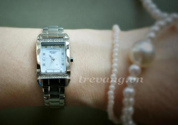 Đồng hồ nữ Casio Sheen SHN-4016D-7A trên tay mẫu ảnh.