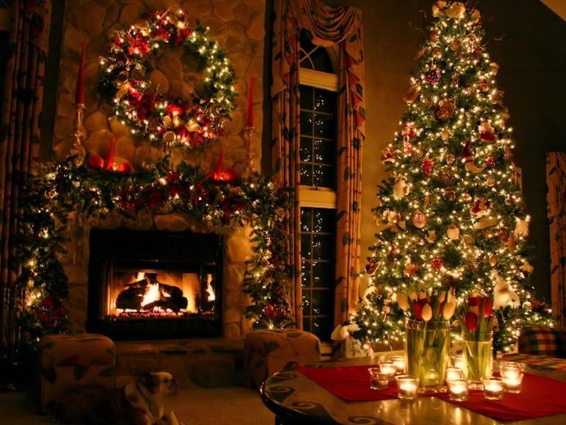 Cây thông Noel và vòng lá vọng được trang trí để đón Giáng Sinh