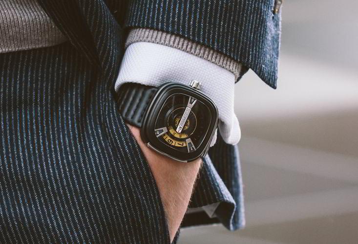 Đồng hồ Sevenfriday M2-1 đeo trên tay