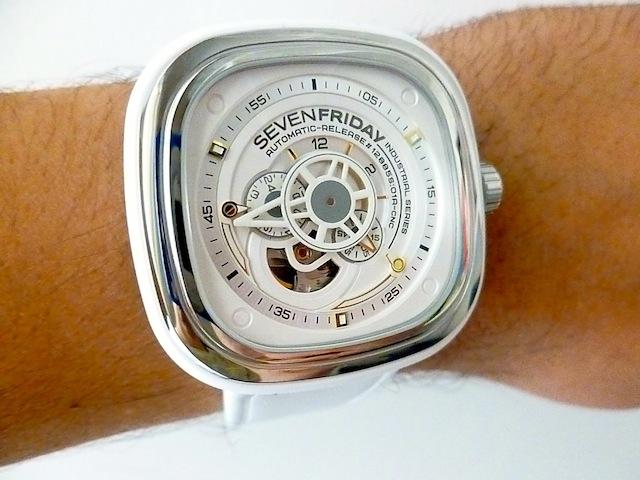 Đồng hồ Sevenfriday P1-2 trên tay
