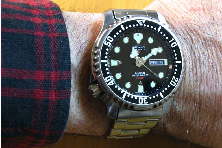 Đồng hồ Citizen NY040 trên tay