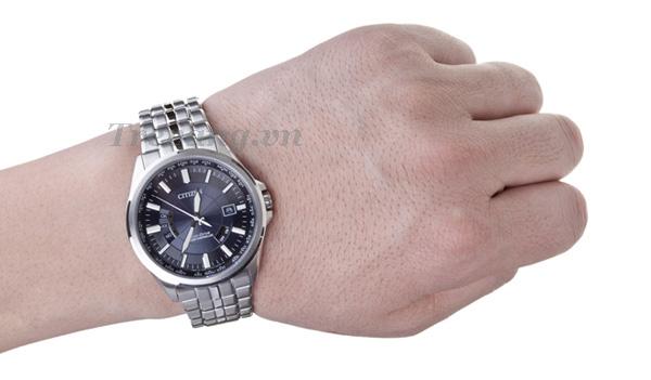 Đồng hồ Citizen CB0011-51L trên tay mẫu ảnh