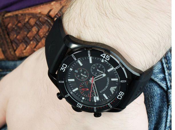 Đồng hồ Armani nam AR5948 trên tay mẫu ảnh