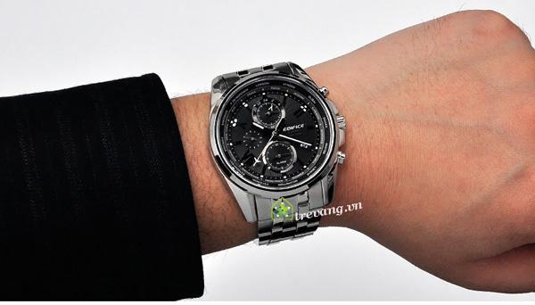 Đồng hồ Casio nam EFB-301D-1A trên tay