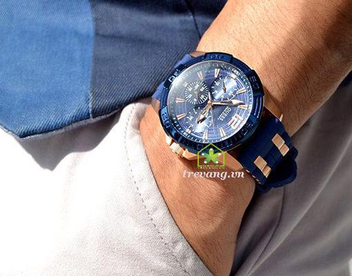 Đồng hồ Guess W0366G4 đeo trên tay