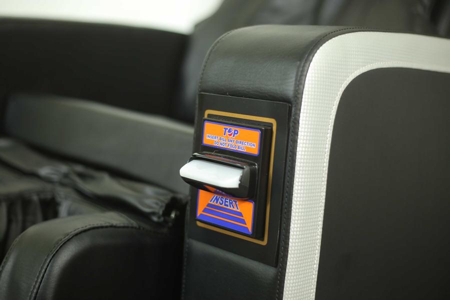Cận cảnh vị trí nhét tiền ghế massage tính tiền tự động Panasonic EP-MA71