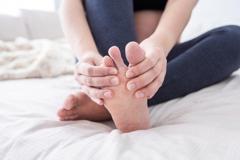 Bị tê ngón chân út có phải bệnh không?